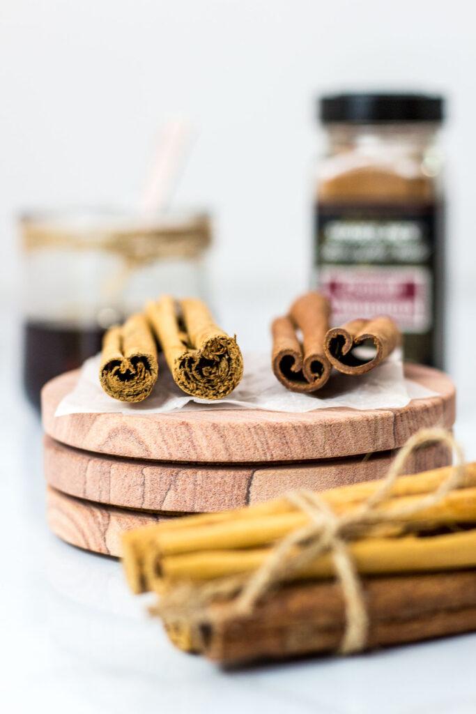 Ceylon cinnamon and cassia cinnamon sticks